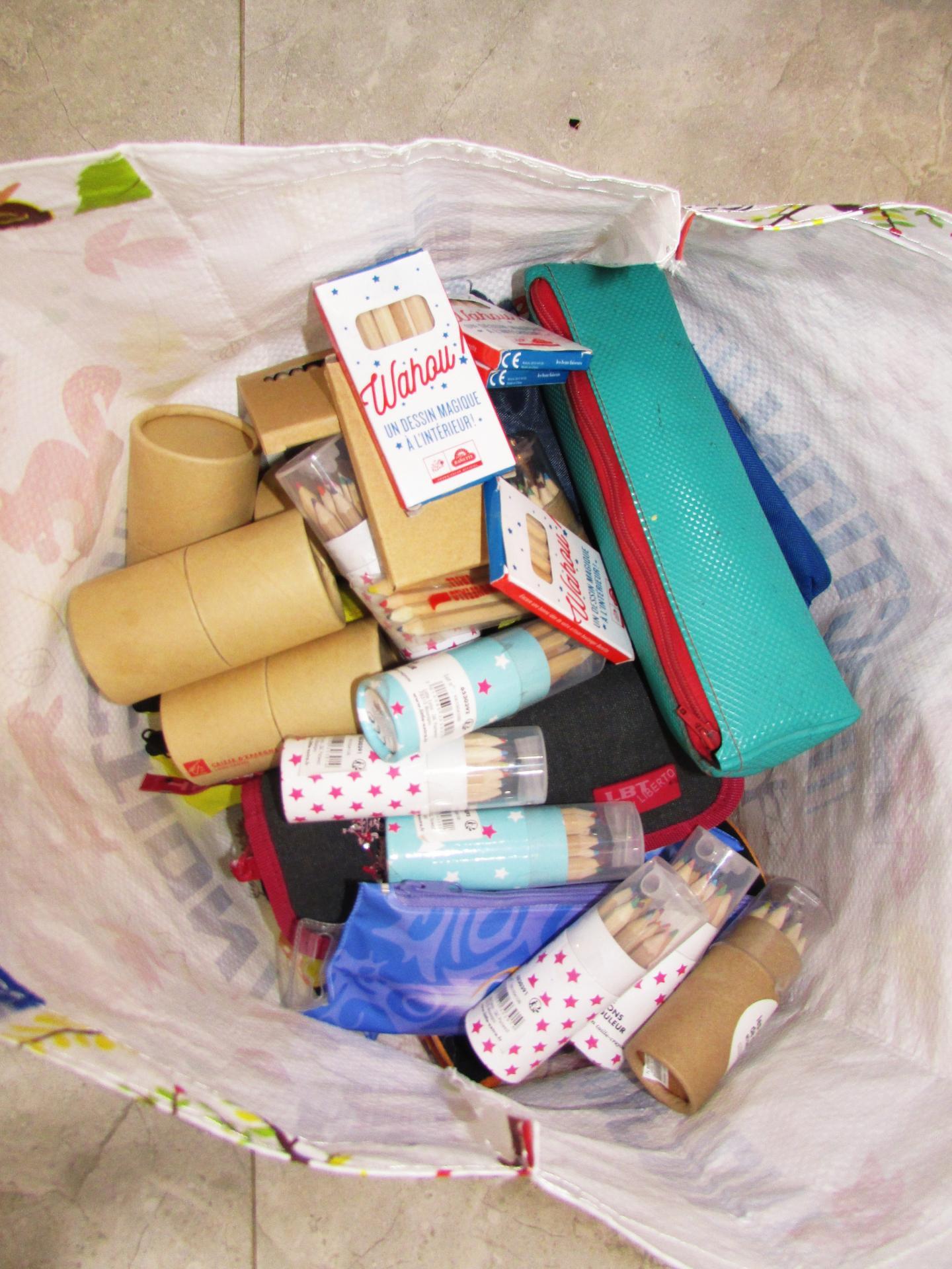 Feutres, crayons couleurs, trousses des donations reçues