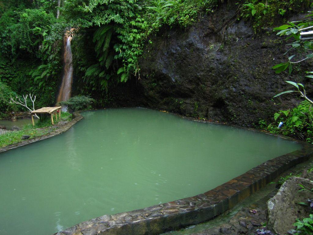 Source d'eau chaude dans village reculé